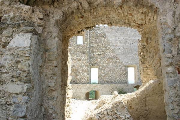 castello-caracciolo-interno